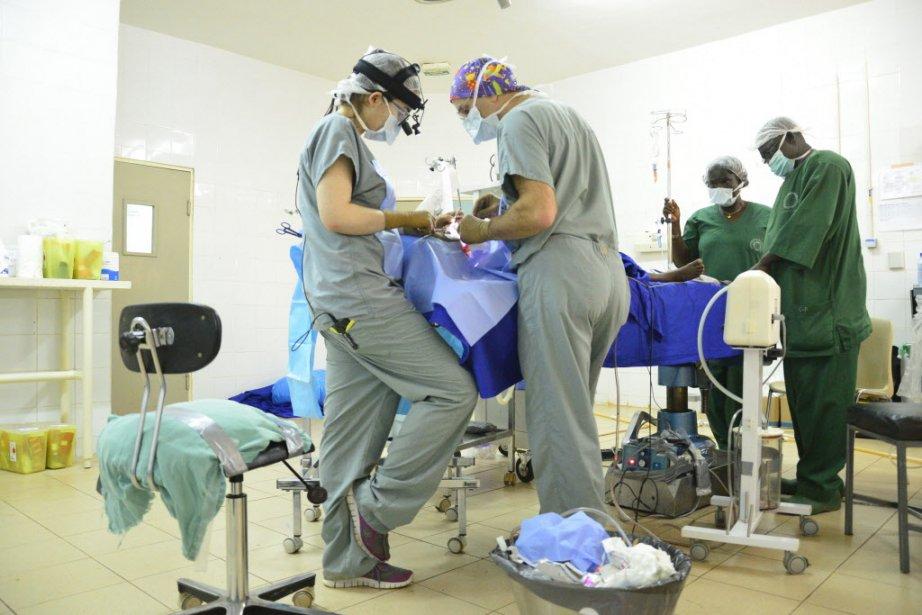 Ils sont une quinzaine d'infirmières, anesthésistes et médecins... (PHOTO AHMED OUOBA, AFP)