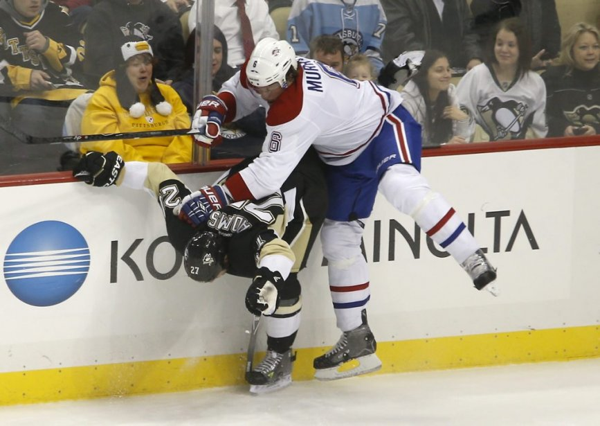 Craig Adams goûte à la médecine de Douglas Murray. (Photo AP)