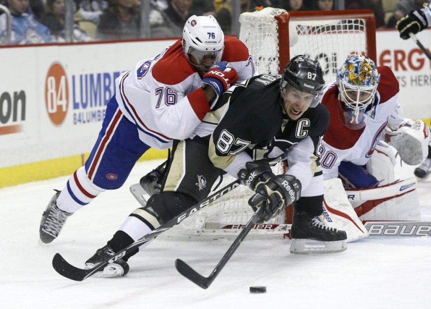 Sidney Crosby mène une lutte sans merci pour garder le contrôle du disque. (Photo AP)