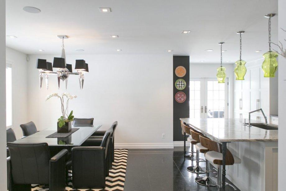 Au rez-de-chaussée, la cuisine, la salle à manger et le salon sont décloisonnés et partagent le même revêtement de sol en quartz aux pigments réfléchissants. (PHOTO HUGO-SÉBASTIEN AUBERT, LA PRESSE)