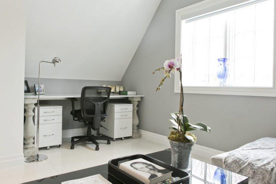 Un bureau fait sur mesure avec des colonnes de jardin en ciment surmontées d'une plaque de marbre blanc est adjacent à la suite des parents. (PHOTO HUGO-SÉBASTIEN AUBERT, LA PRESSE)