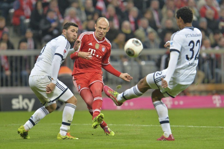 Arjen Robben, au centre, a réussi un triplé... (Photo Kerstin Joensson, AP)