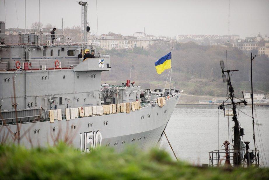 «Les hommes armés ont approché en remorqueur le... (PHOTO ANDREW LUBIMOV, AP)
