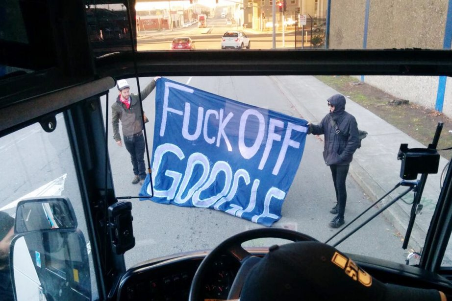 Des manifestants bloquent un bus de Google (Gbus)... (PHOTO TIRÉE DE TWITTER)