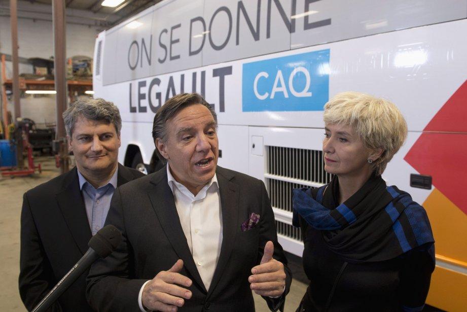 François Legault a dévoilé mardi son autobus de... (Photo Jacques Boissinot, PC)