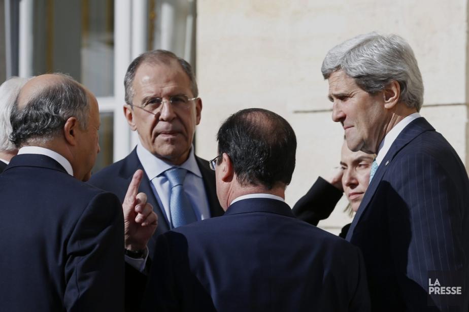 John Kerry (à droite) et Sergei Lavrov (2e... (PHOTO KEVIN LAMARQUE, AP)
