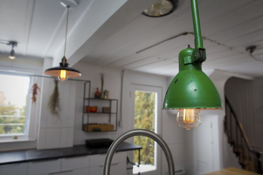 Ces deux lampes de styles différents ne semblent pas dépareillées dans l'univers éclectique de cette maison de Verchères. (Photo André Pichette, La Presse)