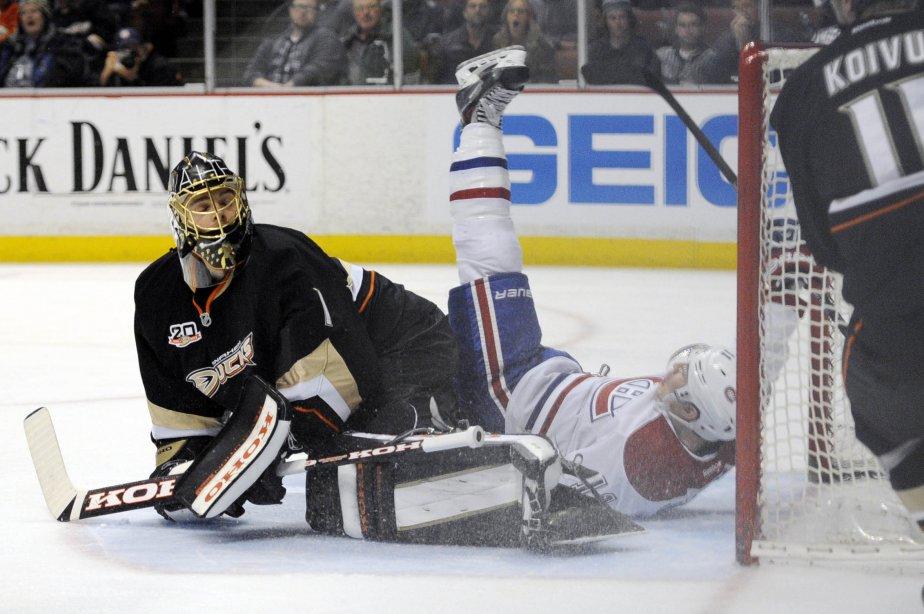 Brendan Gallagher est tombé sur le gardien des Ducks après un but spectaculaire de Max Pacioretty. (Photo Kelvin Kuo, USA Today Sports)