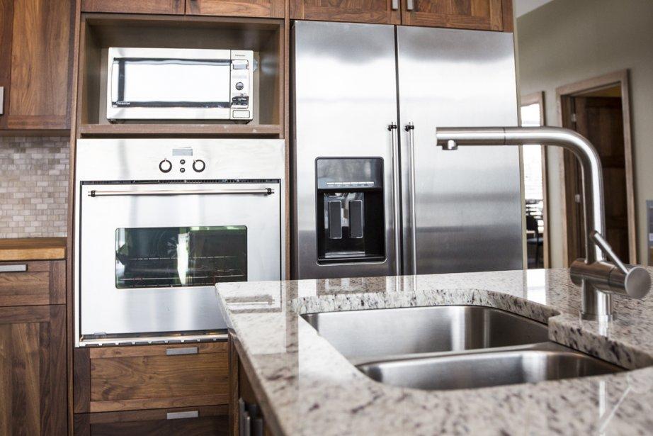 Les armoires et l'îlot seront réalisés sur mesure. Ici, le bois choisi pour mettre en valeur la cuisine est du merisier teint. Les acheteurs peuvent aussi choisir le chêne, l'érable ou le noyer, sans surcoût. (Photo Olivier Pontbriand, La Presse)
