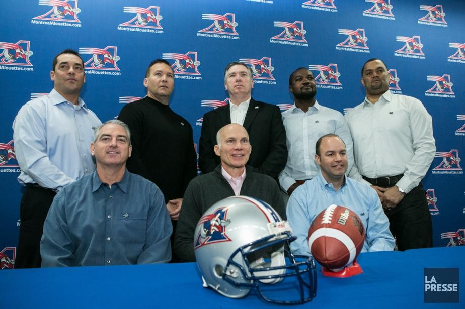 L'entraîneur-chef des Alouettes Tom Higgins (deuxième à gauche,... (Photo Hugo-Sébastien Aubert, La Presse)