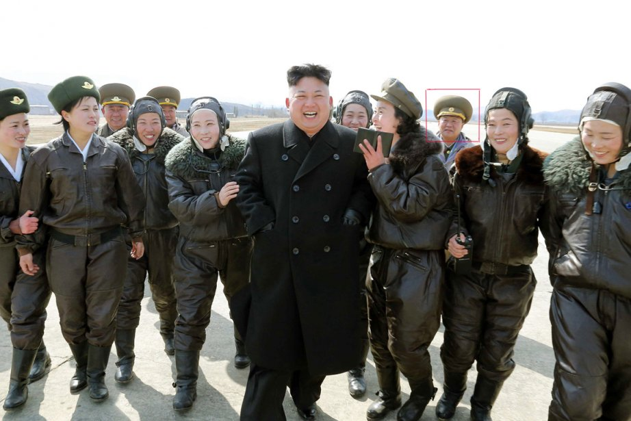 La photo montre Choe accompagnant le jeune dirigeant,... (PHOTO AFP/KCNA)