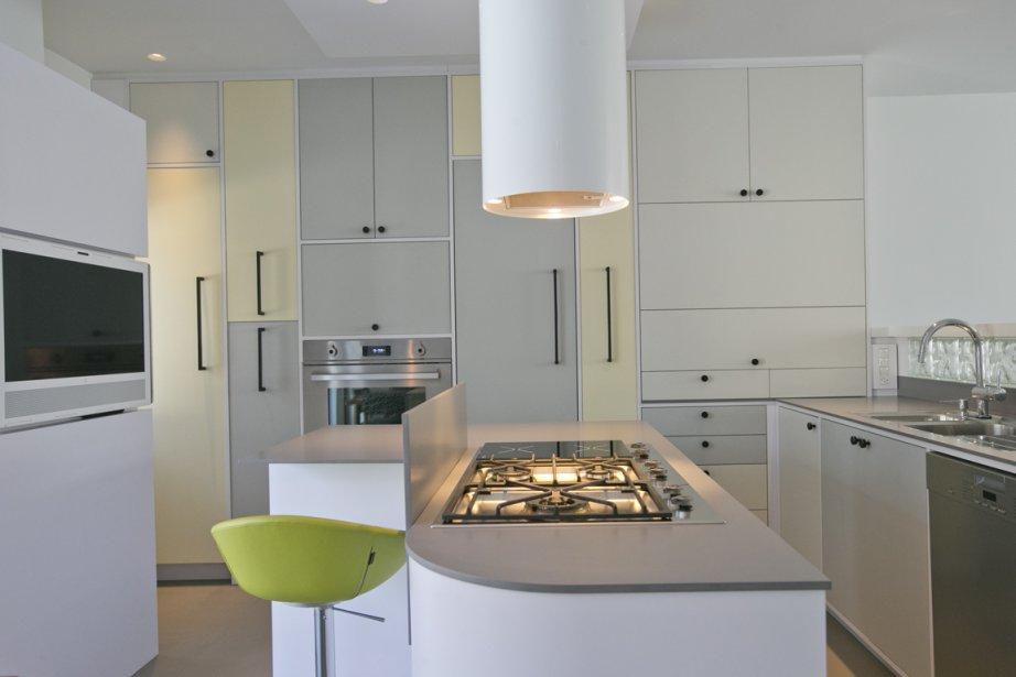Point de départ de la rénovation, la cuisine est tout à fait dans l'esprit Bauhaus puisqu'elle est inspirée d'une photo prise dans une exposition concernant ce mouvement artistique. À gauche, un téléviseur taillé sur mesure pour le lieu; de plus, il s'articule (PHOTO DAVID BOILY, LA PRESSE)