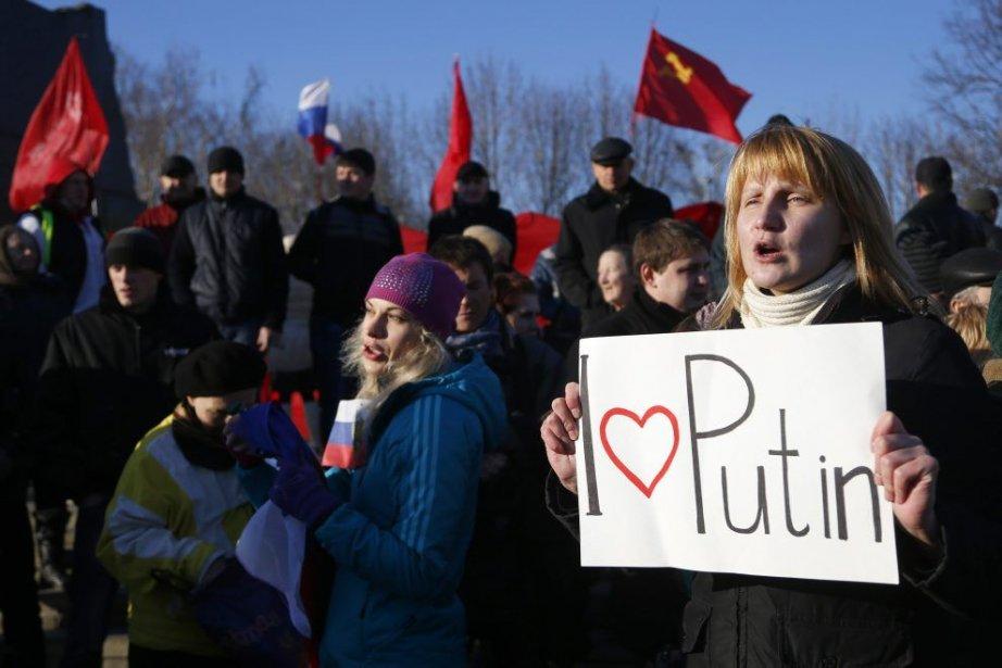 Une manifestante pro-russe participe à un rassemblement dans... (Photo Sergei Grits, AP)