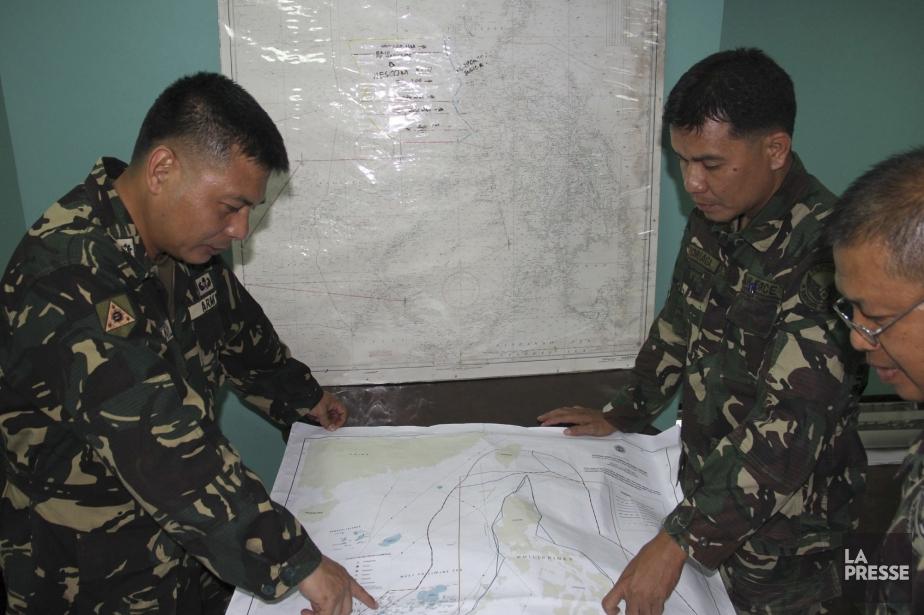 Des membres des forces armées philippines cherchent l'emplacement... (Photo AP)