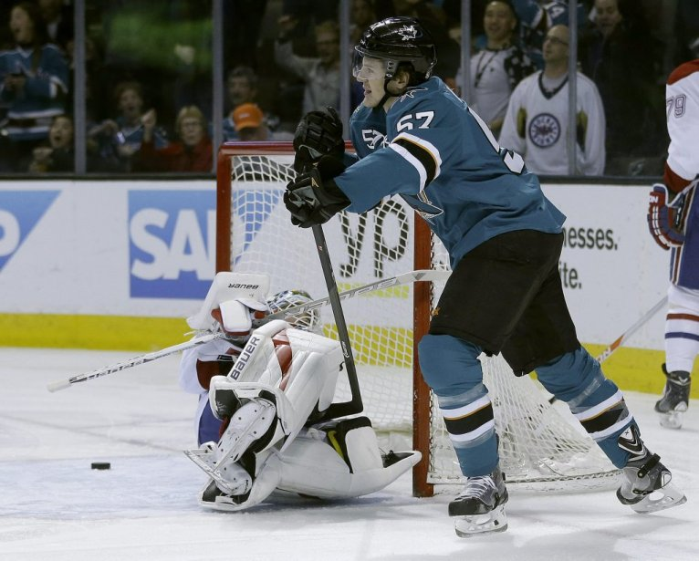Tommy Wingels (57) marque contre Peter Budaj (30). (PHOTO TONY AVELAR, AP)
