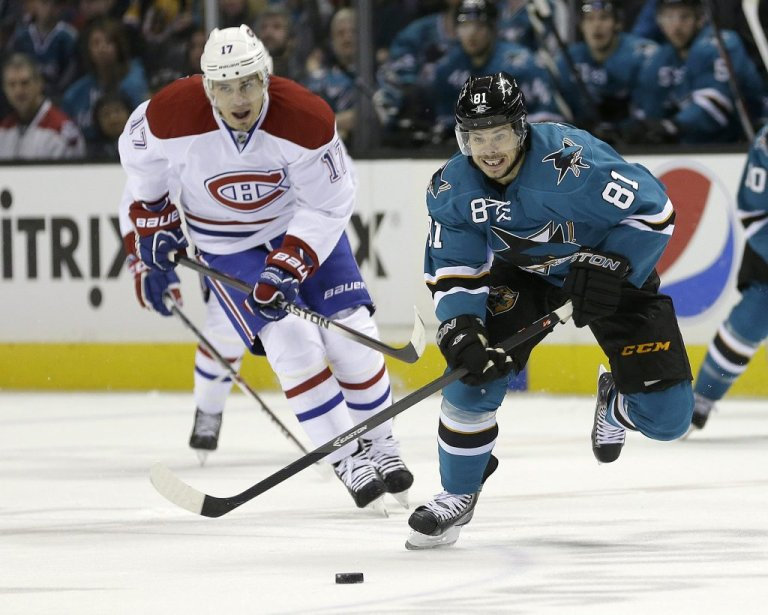 Tyler Kennedy (81) arrive à devancer Rene Bourque (17) pour prendre possession de la rondelle. (PHOTO TONY AVELAR, AP)