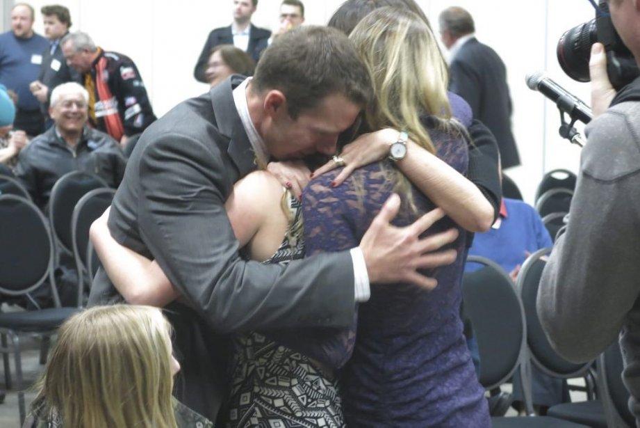John Barlow serre des membres de sa famille... (PHOTO BILL GRAVELAND, PC)