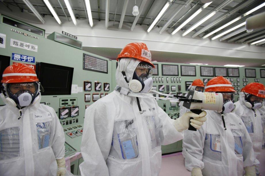 Des employés de TEPCO mesurent le taux de... (PHOTO KOJI SASAHARA, AP)
