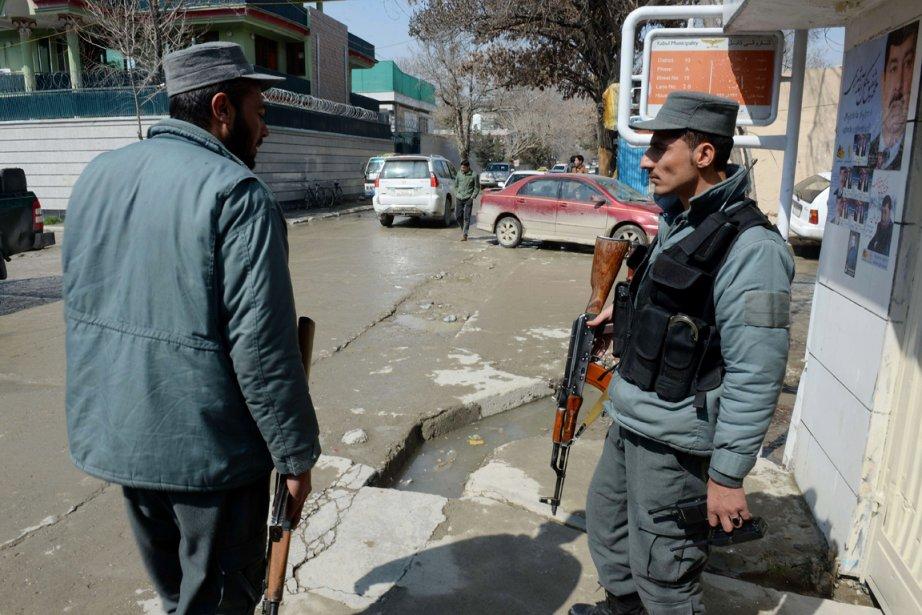 Deux policiers afghans montent la garde sur les... (PHOTO SHAH MARAI, AFP)