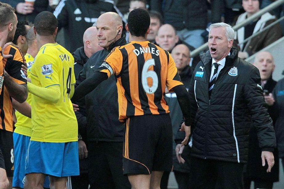 Alan Pardew (à droite) s'est vu imposer la... (Photo Lindsey Parnaby, AFP)