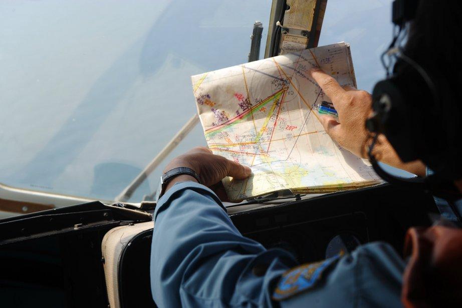 Un membre de l'armée de l'air vietnamienne examine... (PHOTO HOANG DINH NAM, AFP)