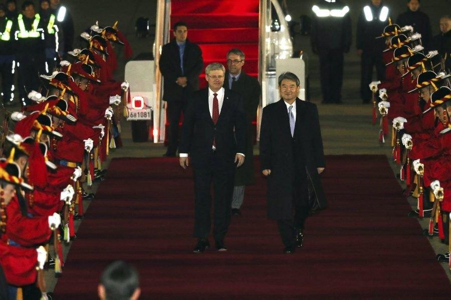 StephenHarper et le premier vice-ministredes Affairesétrangères sud-coréenChoTae-Yong, à... (Photo Choi Jae-gu, AP)