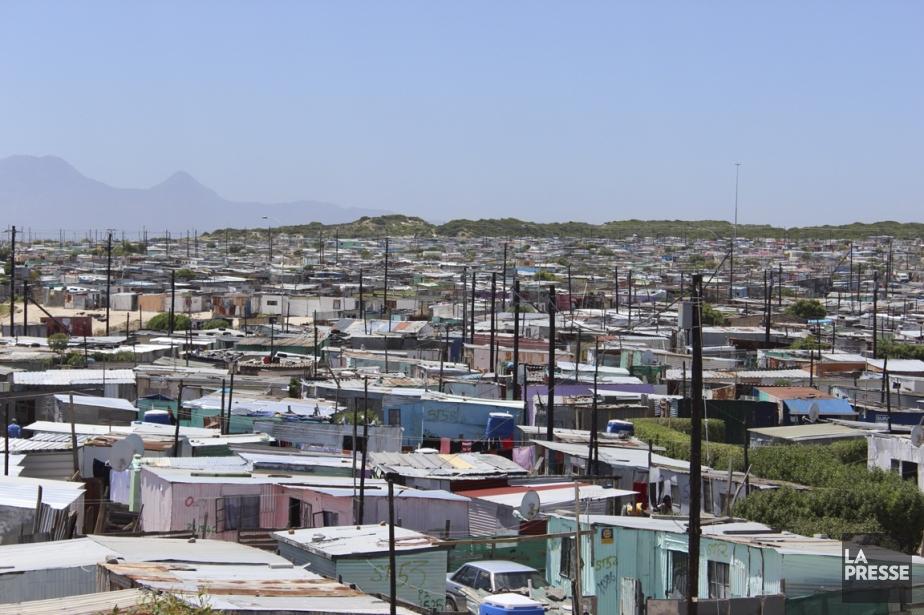 Les maisons de tôles rapiécées dominent les lotissements... (Photo Sylvie St-Jacques, La Presse)