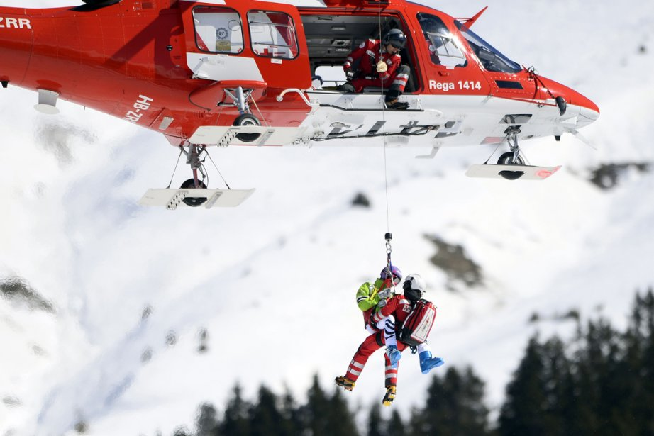 L'Allemande Maria Hoefl-Riesch a été transportée par hélicoptère... (Photo Fabrice Coffrini, AFP)