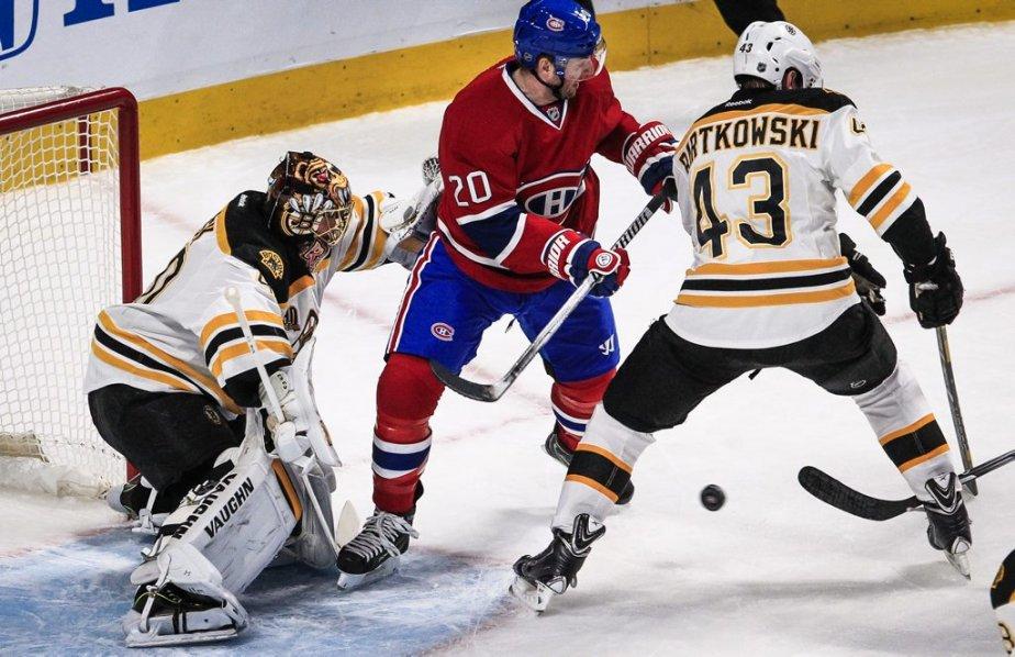 Au tour de Thomas Vanek d'essayer d'enfoncer la ligne défensive des Bruins... sans succès. (PHOTO OLIVIER PONTBRIAND LA PRESSE)