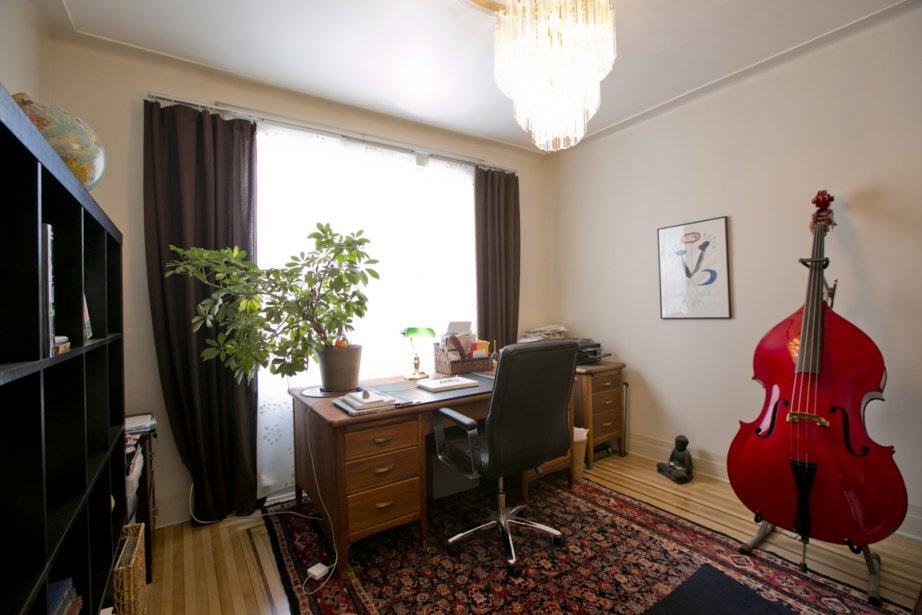 Le bureau qui occupe un emplacement équivalant à la chambre principale fait dorénavant partie de la même maison que sa jumelle. L'espace ayant gagné en largeur, on n'a plus l'impression d'habiter un long couloir. (Photo David Boily, La Presse)