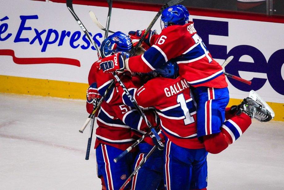 Francis Bouillon a été entouré par ses coéquipiers après avoir donné la victoire au Canadien. (PHOTO OLIVIER PONTBRIAND, LA PRESSE)
