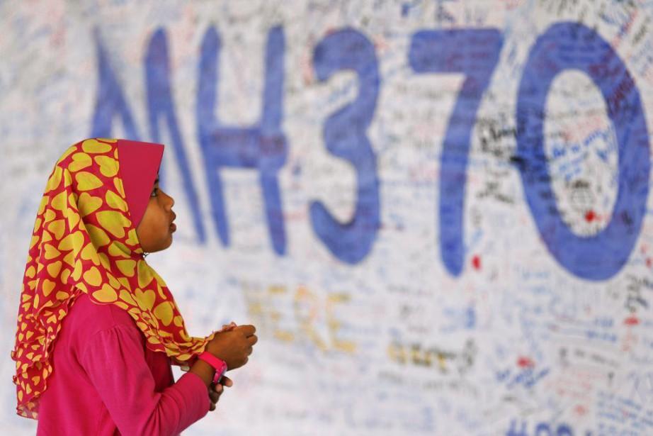 Une jeune fille regarde un tableau de messages... (PHOTO DAMIR SAGOLJ, ARCHIVES REUTERS)