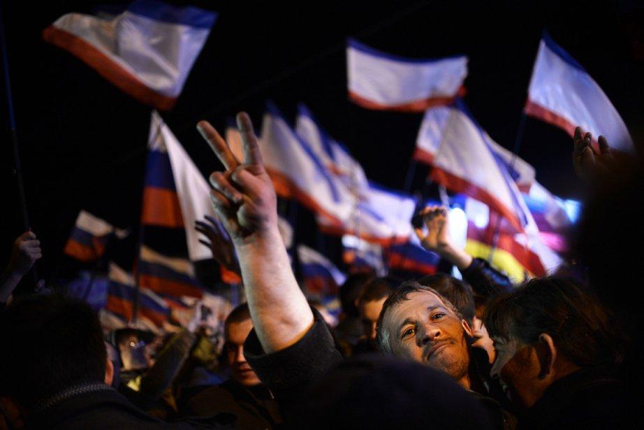 Les partisans pro-russes ont célébré le vote en... (PHOTO DIMITAR DILKOFF, AFP)