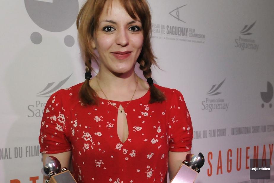 Monia Chokri tenant ses deux trophées au festival... (Photo Mariane L. St-Gelais, Le Quotidien)