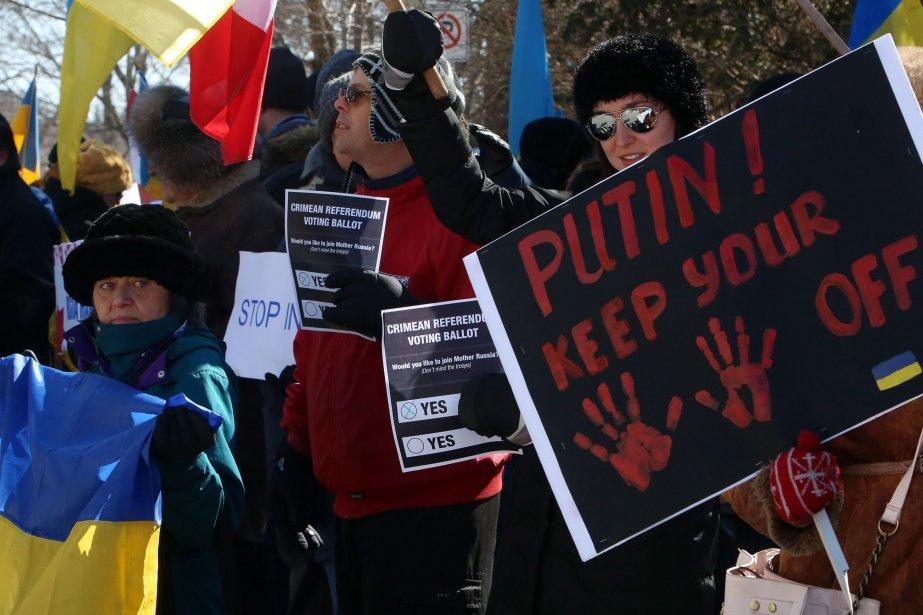 Des manifestants en avant de l'ambassade de l'Ukraine... (Photo FRED CHARTRAND, PC)
