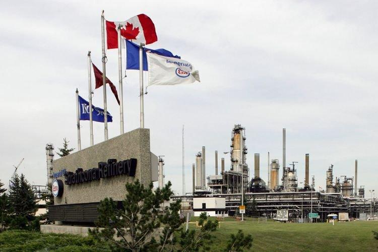 La raffinerie de Strathcona, en Alberta, de La... (PHOTO ARCHIVES LA PRESSE CANADIENNE)