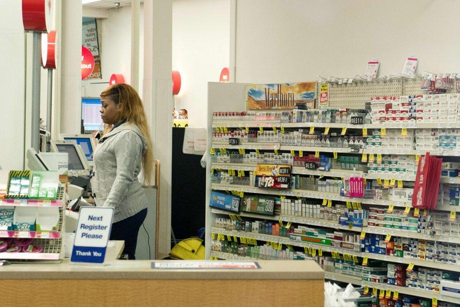 Un comptoir de cigarettes dans une pharmacie CVSdeWashington.... (PHOTO KAREN BLEIER, AFP)