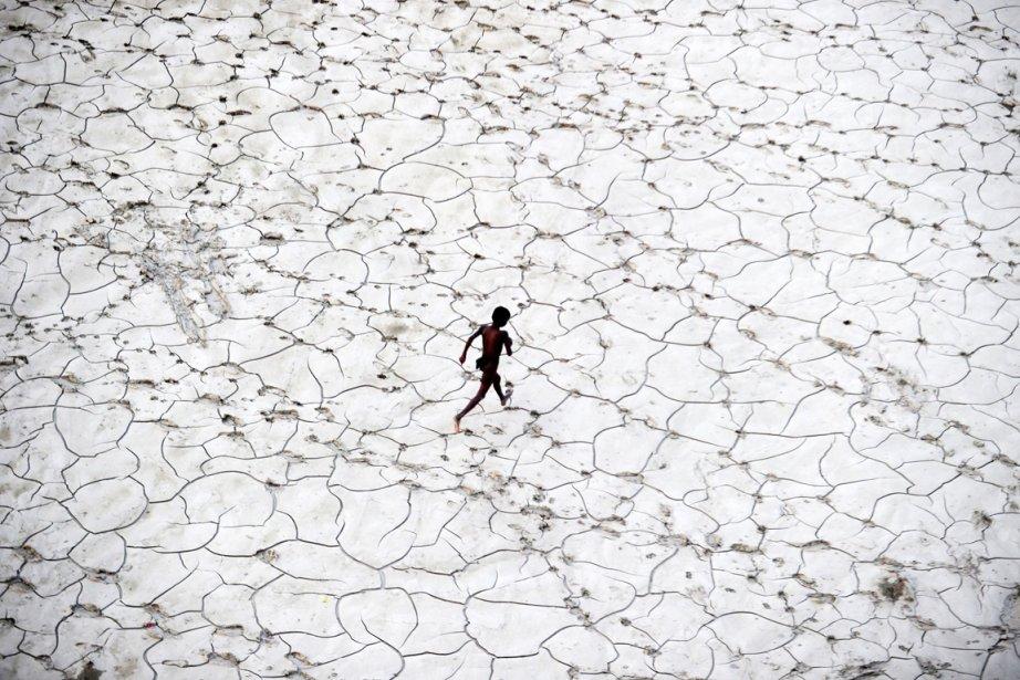 Un garçon de la rue court dans le... (PHOTO SANJAY KANOJIA, ARCHIVES AFP)
