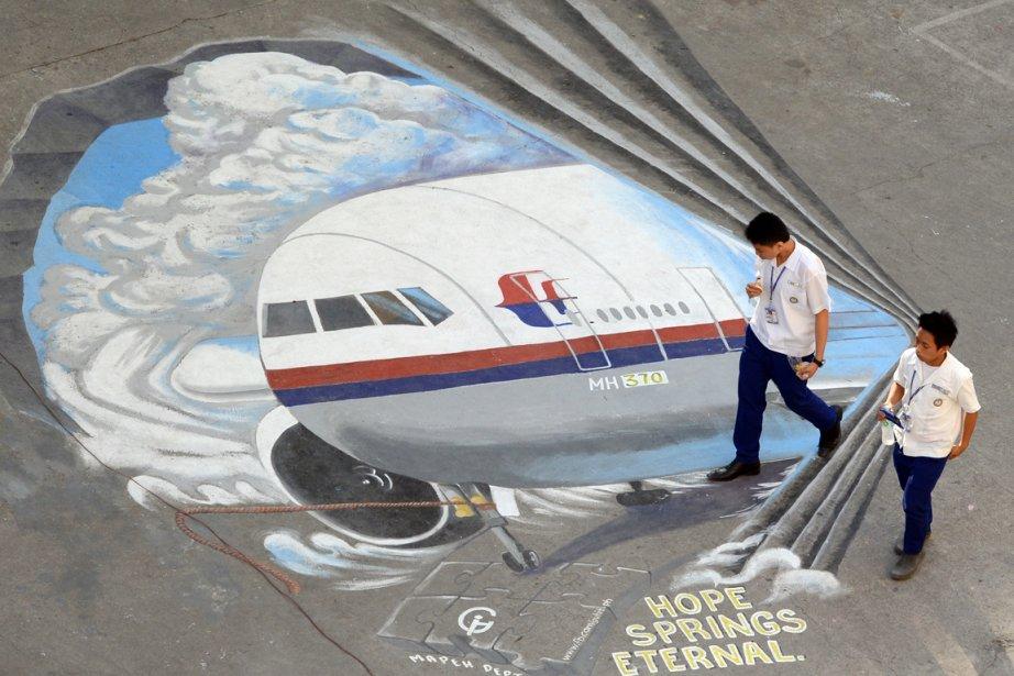 Des étudiants passent côté d'une fresque réalisée sur... (PHOTO TED ALJIBE, AFP)