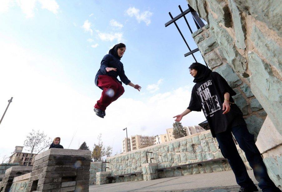 Les filles affirment que le parkour leur permet... (Photo ATTA KENARE, AFP)