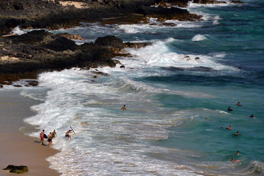Un des grands plaisirs des vacances à Hawaii: observer les surfeurs. (Photo Archives AFP)