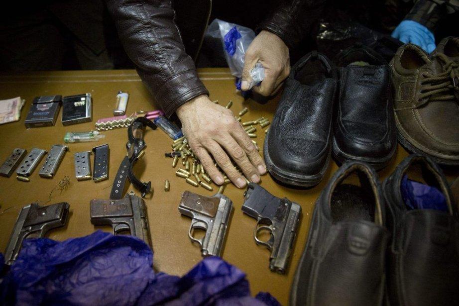 Des armes saisies à la suite de l'attaque.... (Photo Associated Press)