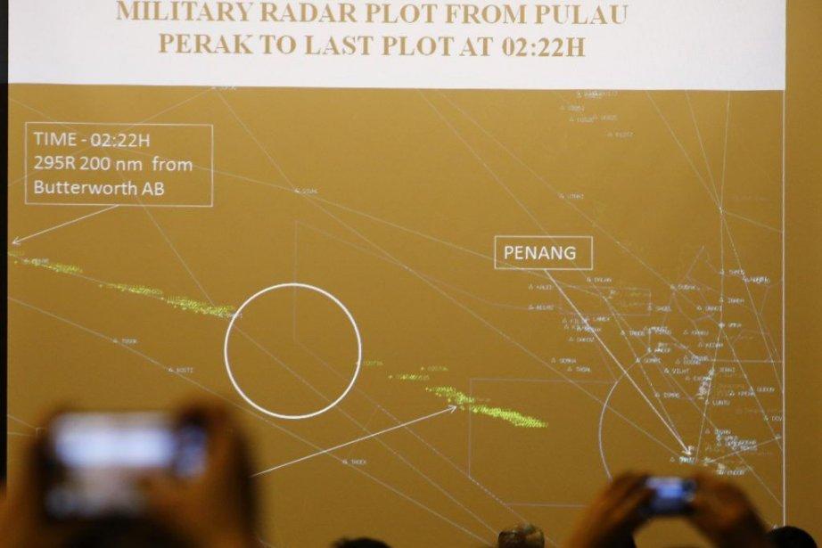 Du ciel ou du pont des navires, les recherches s'effectuaient... (Photo Reuters)