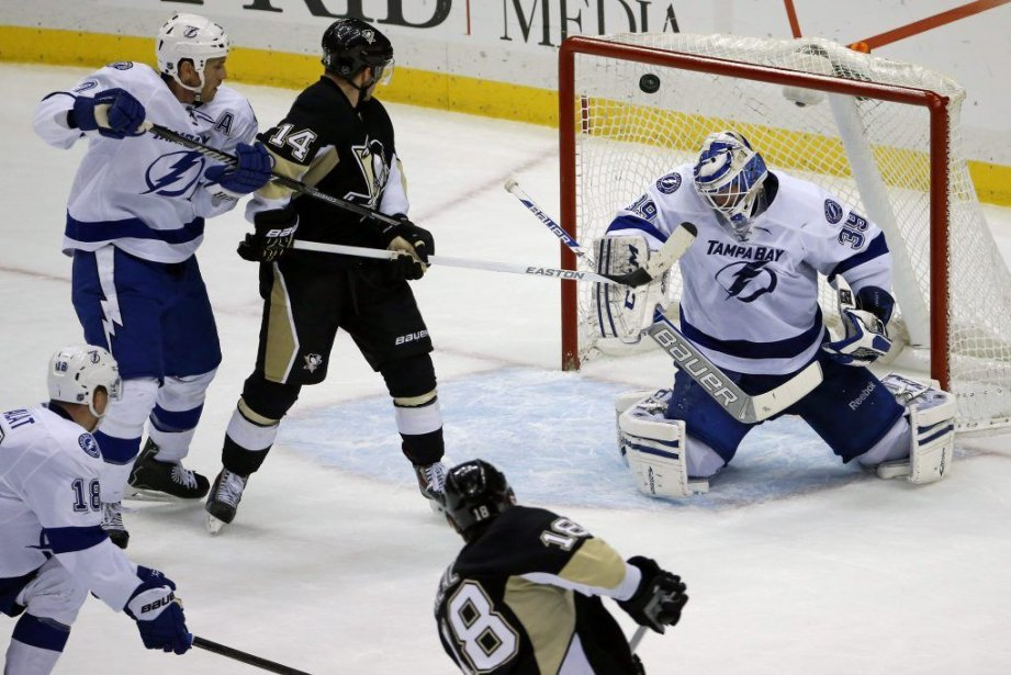 James Neal (18) effectue un lancer qui trompe... (PHOTO GENE J. PUSKAR, AP)