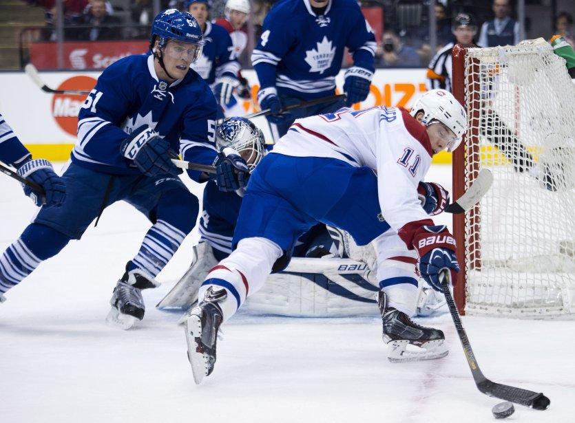 L'attaquant du Canadien Brendan Gallagher perd le contrôle de la rondelle devant le défenseur Jake Gardiner. (Photo Nathan Denette, La Presse Canadienne)