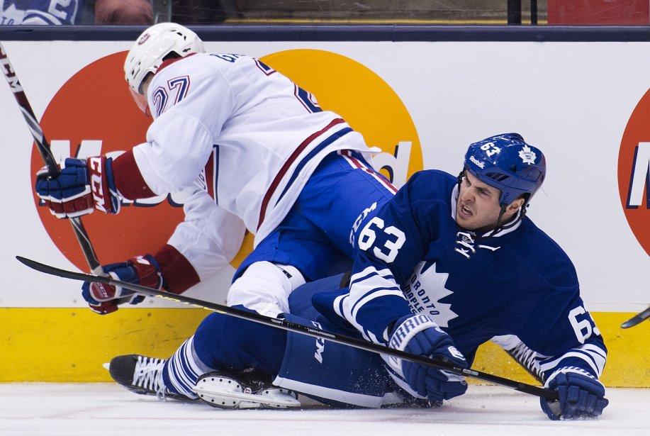 Alex Galchenyuk, du Canadien, tombe sur l'attaquant des Maple Leafs Dave Bolland. ()
