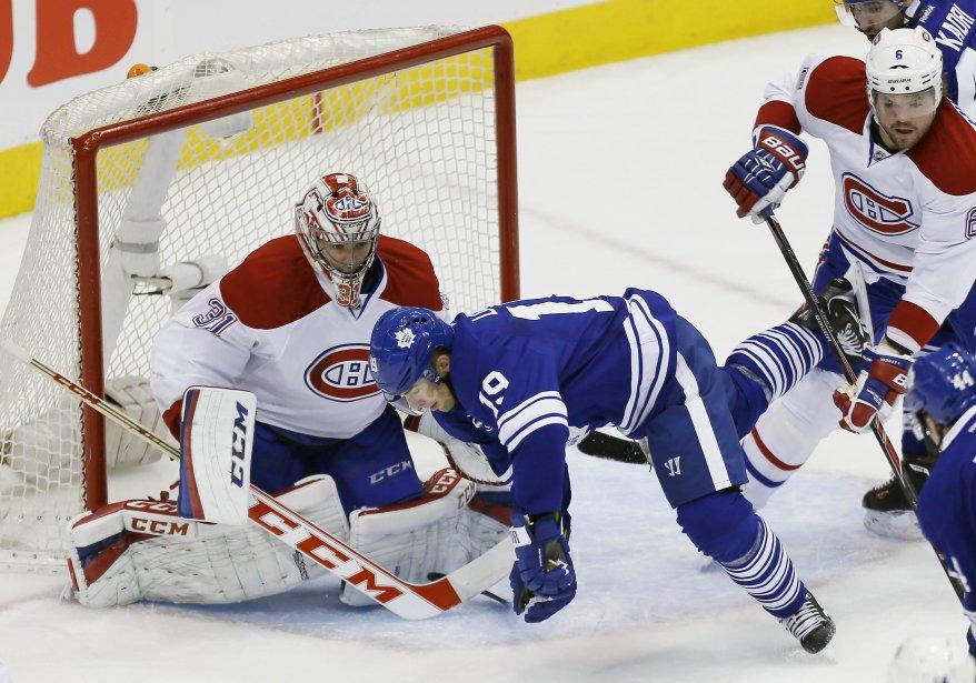Joffrey Lupul, des Maple Leafs, se fait frapper par derrière par le défenseur Douglas Murray. (Photo John E. Sokolowski, USA Today)