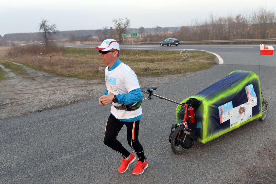 Piotr Kurylotraine derrière lui un petit chariot à... (PHOTO JANEK SKARZYNSKI, AFP)