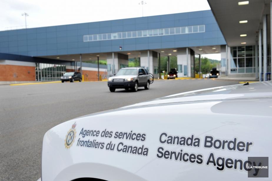 Un document gouvernemental interne mentionne que les douaniers... (Photo d'archives La Tribune, Frédéric Côté)