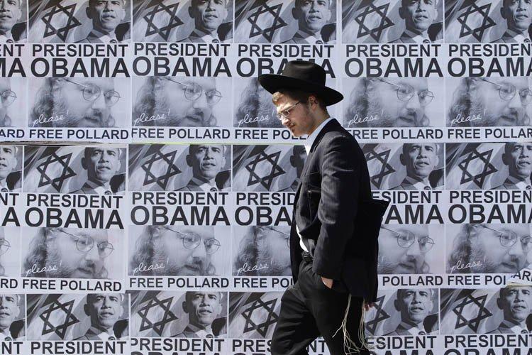 Un juif ultra-orthodoxe marche près d'une série d'affiches... (Photo: Reuters)